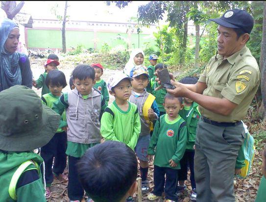 Anak-anak belajar menggunakan obyek yang nyata di sekolah alam