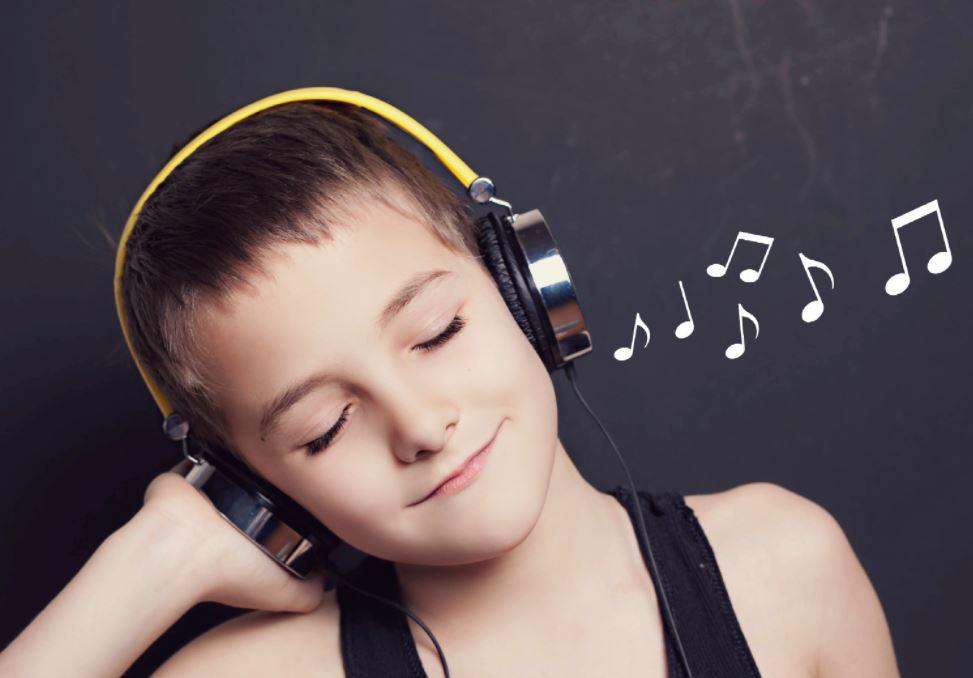 emaze-com-anak-mendengarkan-music