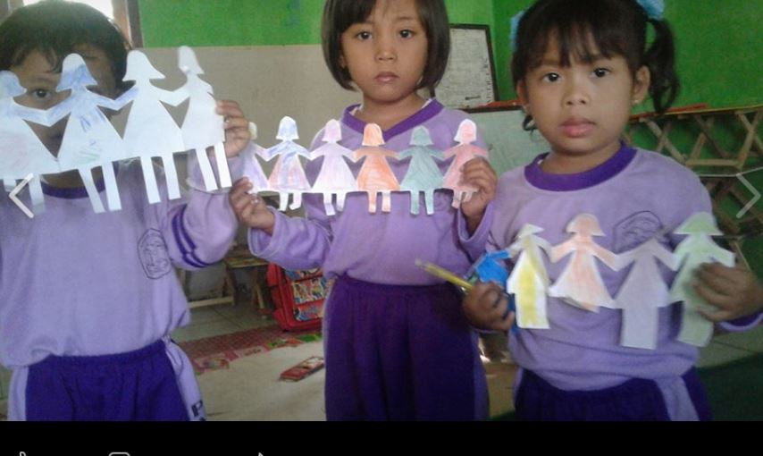 Hasta Karya Anak Laki Dan Perempuan Bergandengan Tangan Dalam