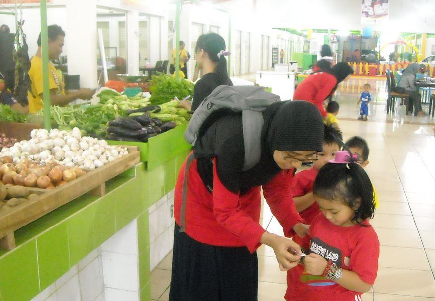 Jiwa usaha anak bisnis di supermarket pelajaran profesi PAUD